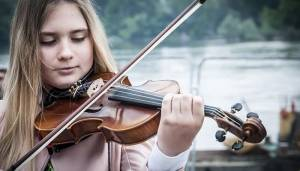 violin student at summer music camps